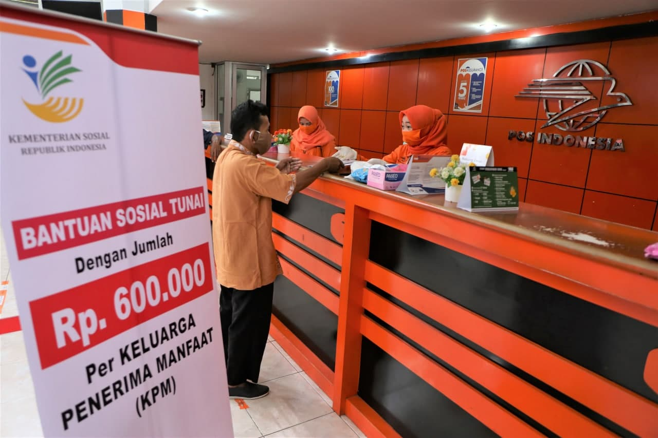 Bansos Tunai Mulai Dibayarkan, Seluruh Petugas Pos Indonesia Sudah Divaksin Covid-19
